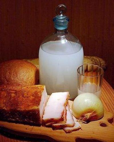 самогон, сало, лук, хлеб
